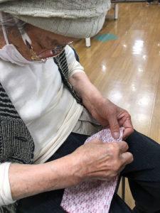 98歳利用者さんが布マスク作りにチャレンジ2