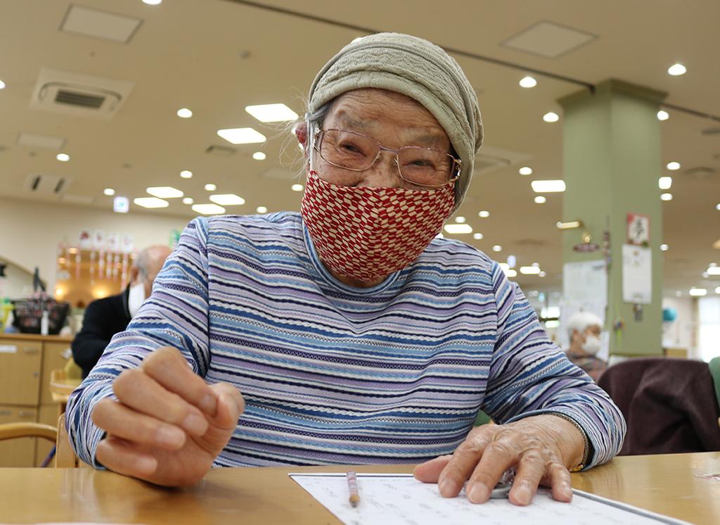 98歳利用者さんが布マスク作りにチャレンジ1