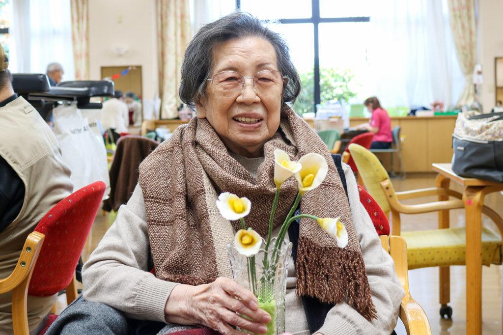 織物のストールと紙粘土のお花の作者