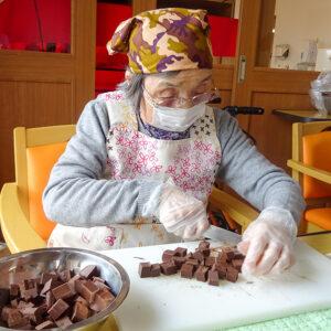介護付き有料老人ホーム 赤とんぼ長嶺 チョコバナナ作り2