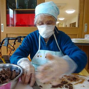 介護付き有料老人ホーム 赤とんぼ長嶺 チョコバナナ作り3
