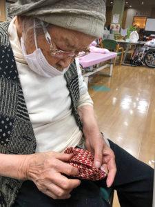 98歳利用者さんが布マスク作りにチャレンジ5