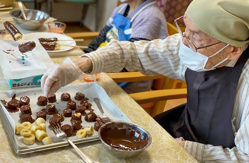 介護付き有料老人ホーム 赤とんぼ長嶺 チョコバナナ作り1